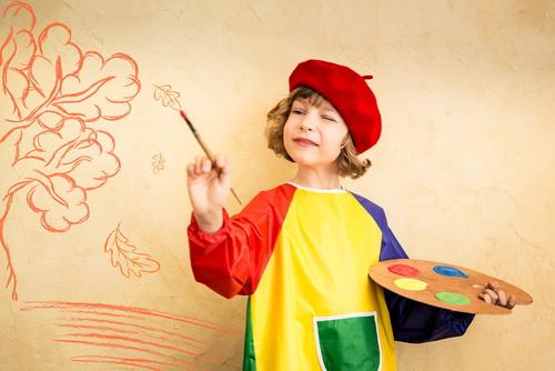 ドラえもんのイラストを描いてる5歳児