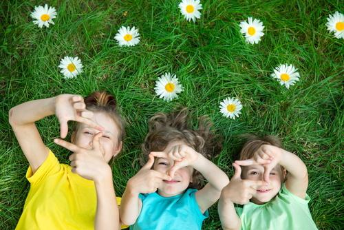お花に囲まれた6歳児