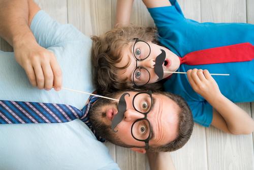 パパと元気に遊ぶ男の子